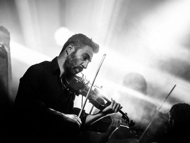 Homme jouant du violon