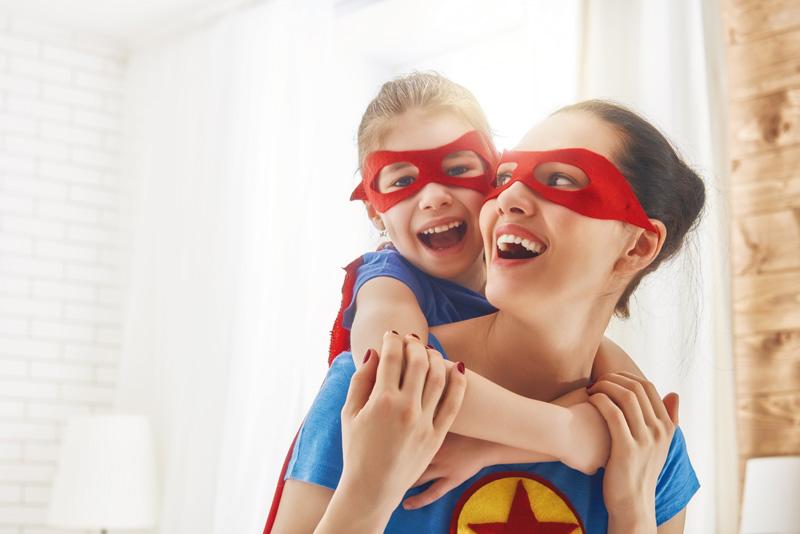 mère et fille portent un masque de super héros